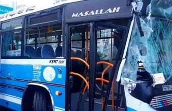 Özel halk otobüsü, yol temizleme aracına çarptı: 10 yaralı