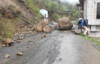 Trabzon'da heyelan korkuttu! Dev Kayalar yola indi!