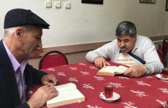 Bu kahvede kitap okuyana çay, kahve bedava!
