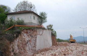 Kaya parçası üzerindeki ev görenler şaşırıyor