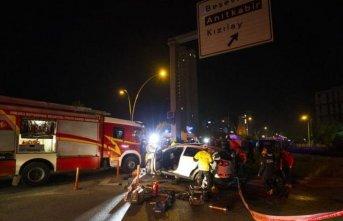 Otomobil yön tabelasına çarptı: 3 yaralı