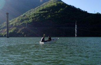 Su altında kalan minareye sandalla ziyaret