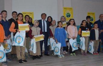Kitap okuma yarışmasında derece alan öğrencilere hediye