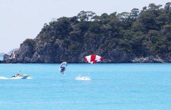 Paraşütçü denize düştü!