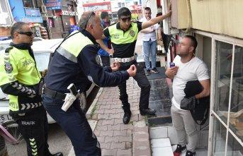 Fena kızdırdılar : Kaçtane adam yiyen polis gördün!