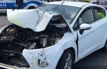 Otomobil ile minibüs çarpıştı : 3 yaralı