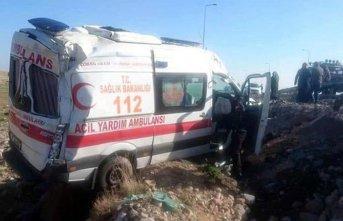 Ambulans devrildi; sürücü ile 2 sağlıkçı yaralı