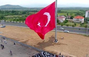 33 şehide 350 metrekarelik bayrak