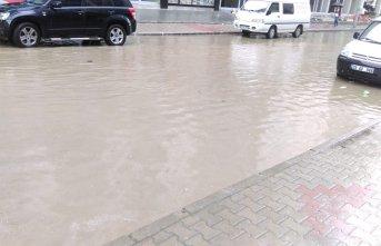 Yomra'da sokaklar 5 dakikada göle döndü