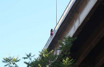 Köprüye çıkan kadın intihar etmek istedi