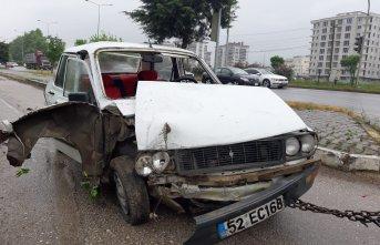 Otomobil otogarın çevre duvarına çarptı