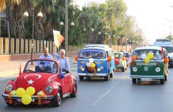 Klasik otomobillerle festival korteji