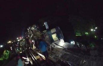 Yolcu treni nehre düştü