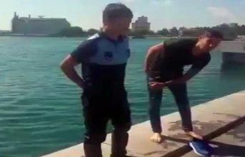 Bayılıp denize düşen kadını zabıta kurtardı