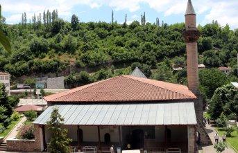 Fatih Sultan Mehmet'in namaz kıldığı cami zamana meydan okuyor