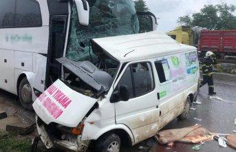 Trabzon plakalı yolcu otobüsü kaza yaptı - Ölü...