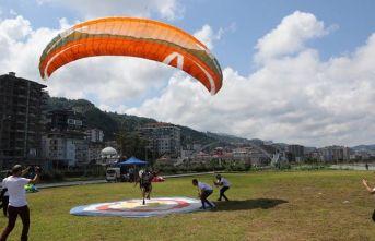 Rize'de yamaç paraşütü yapan turist beklemediği...