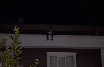 İntihar için çatıya çıktı! Kalabalık izledi!