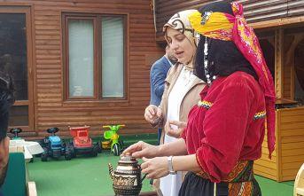 Turistlere çay demleme dersi veriliyor