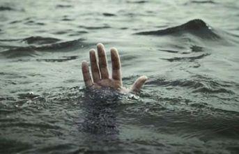 Deniz kenarında otururken bir anda dalgalara kapıldı