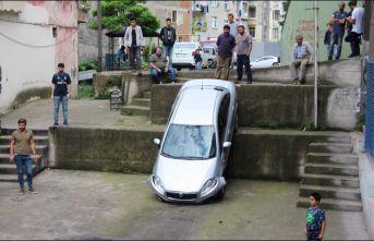 Trabzon'da yolu şaşıran sürücü bahçeye düştü