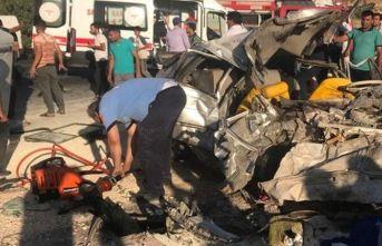 Yolcu otobüsü ve otomobil çarpıştı: 3 ölü 12 yaralı
