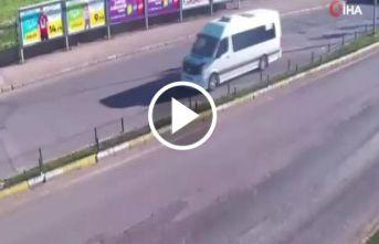 Makas attı önündeki minibüse çarptı