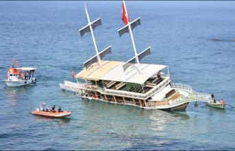 Sinop'ta gezi teknesi karaya oturdu