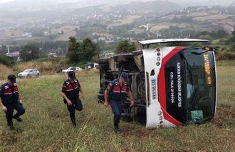 Halk otobüsü tarlaya yuvarlandı: 4 yaralı