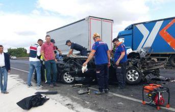 Otomobil arızalanan kamyona çarptı: 1 ölü, 3 yaralı