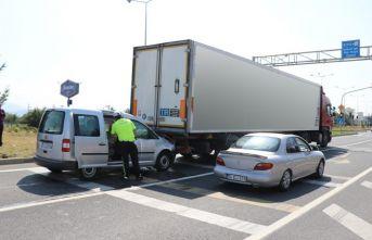 Hafif ticari araç tıra çarptı:1 yaralı