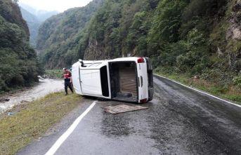 Giresun'da kamyonet devrildi: 4 yaralı