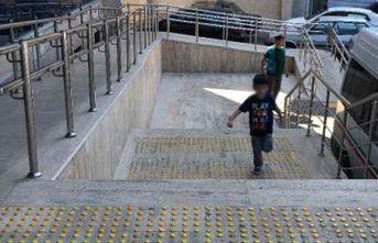 Küçük çocuk gözaltına alınan babasının peşinden koştu!