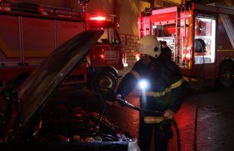 Trabzon Bulvarı'nda seyir halinde yanan otomobile esnaf müdahalesi
