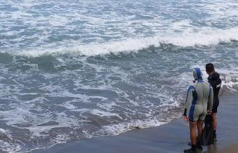 Denizde akıntıya kapılan 3 kişiden 1 kayıp