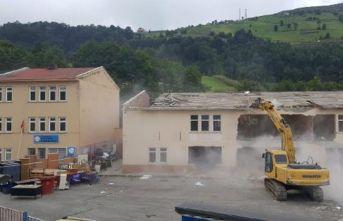 Riskli ortaokul yıkıldı, yanındaki ilkokul taşınmaktan kurtuldu