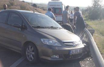 Yoldan çıkan otomobil bariyerlere çarptı!