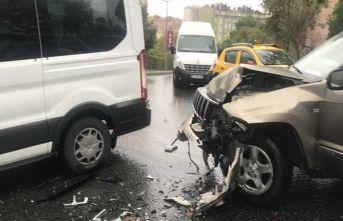 İstanbul'da engelli öğrencileri taşıyan minibüse cip çarptı