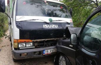 Ticari araç saman kamyonu ile çarpıştı