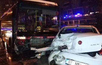 Halk otobüsü kontrolden çıkıp 3 araca çarptı