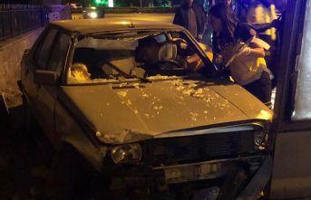 Başkent'te otomobil reklam panosuna çarptı