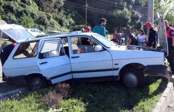 Beton mikserinin çarptığı otomobil refüje çıktı