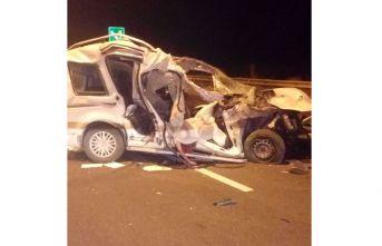 Otomobil kamyona çarptı