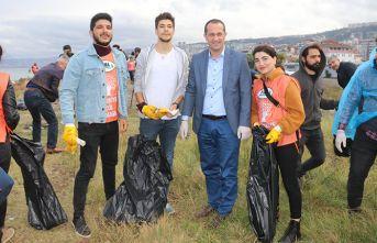 Belediye başkanı sahile indi çöp topladı!