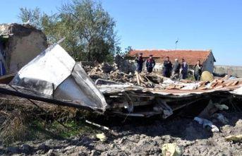 Çöken çatının altında kalan kadın yaralandı
