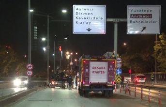 Başkent'te otomobil yön levhasına çarptı
