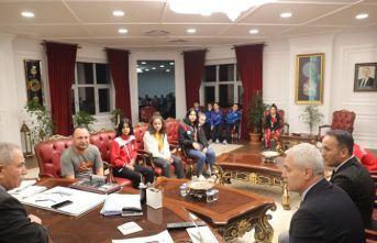 Kick boksçular kupa sevincini Başkan Demirtaş'la paylaştılar