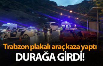 Trabzon plakalı araç kaza yaptı durağa girdi