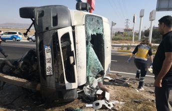 Minibüsle otomobil çarpıştı, yaralılar refüje...