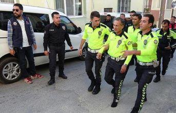 Polisi 2 kilometre kaputta taşıdı